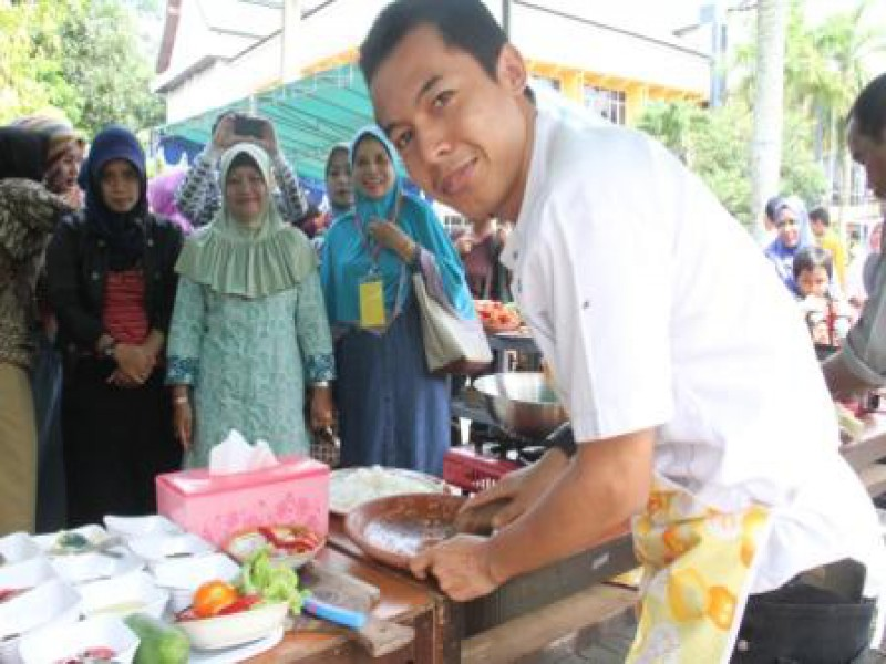 Staf FMIPA mengikuti Lomba Dharma Wanita Unmul dalam memperingati Hari RA Kartini